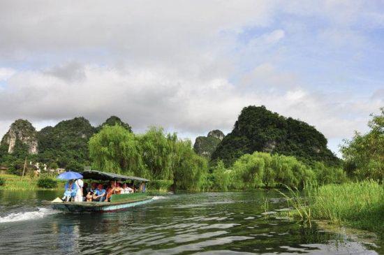 游客可乘坐小船游览燕子湖 图:新浪博主/简单浪漫
