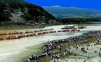 妇女游河湾