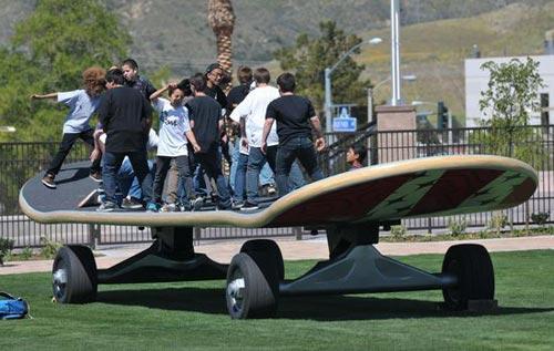 世界最大滑板亮相美国加州(组图)