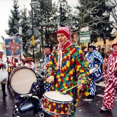 狂欢节:学生和社团游行