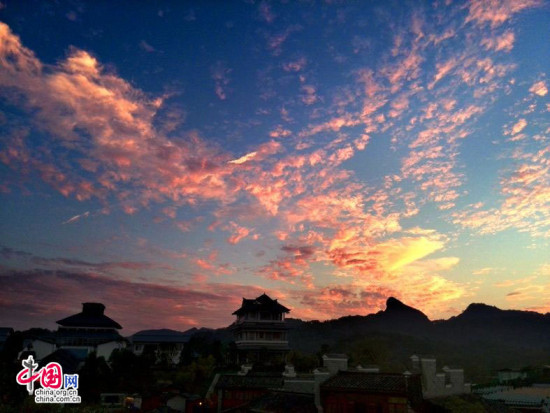 《印象大红袍》剧场晚霞似火 引发游客驻足欣赏