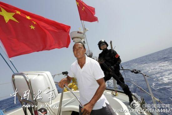 途径亚丁湾时,中国海军出动直升机和海军陆战队员为船队护航