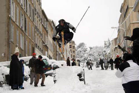 法国第二大城市马赛7日降大雪,市民在城内练习滑雪。