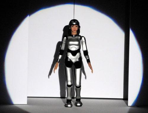 组图:高仿真美女机器人亮相东京时装周