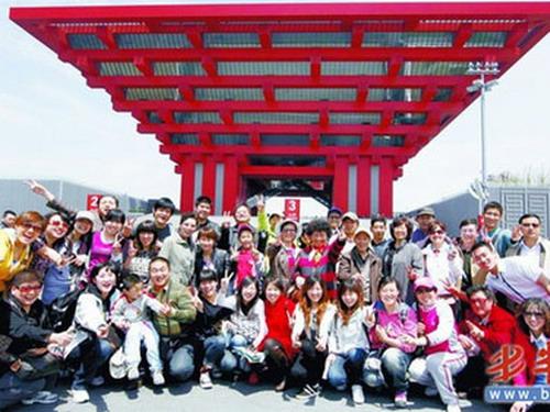 青岛首个世博旅行团52名游客抵上海 大呼过瘾