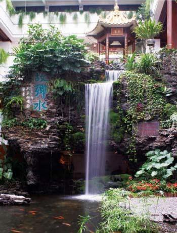 """一到三层的开放空间内,无论哪个角度都能看到中庭的""""故乡水""""岭南园景"""
