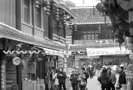 游客兴致勃勃游览红军街