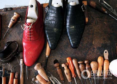 在鞋楦上手绘鞋子的款式,让它更适合脚型。要知道机器生产的只是标准,而手工追求的才是完美,这就是手工的意义所在。