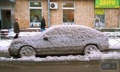 被冰雪包裹的汽车