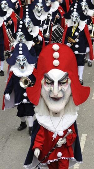 2月1日,德国南部城市弗莱堡举行第75届嘉年华会,狂欢者身着盛装,带着怪异的面具在街道上游行。