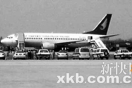 鸽子毛触发警报   昨(3)日上午11时30分许,一架海南航空股份有限公司(Hainan Airlines Company Limited,简称海航)的波音737型客机在飞抵广州白云国际机场上空时发出了火警警报。广州白云国际机场地面随即做好了应急措施,消防车、救护车在跑道待命。11时45分,飞机平安降落,地面救护人员在不到20分钟将机上131名乘客安全疏散。   据了解,这架飞机的班次为海航HU7379,是从太原飞来广州,经检查,并未发现飞机上有火情,鉴定为货舱内运输的鸽子羽毛和粉尘触发货舱火警探测系