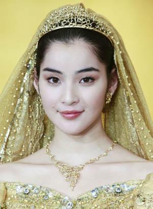 模特展示价值三千万日元婚纱首饰。