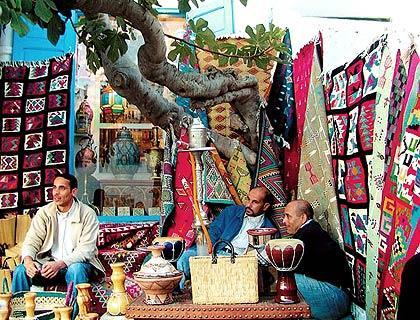当地出售地毯和瓷器的摊点,摊点直接摆在树下,便于乘凉。