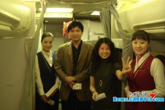 猜对谜语的旅客露出胜利的笑容