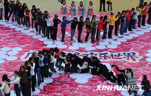 """3月1日,广州举行女士""""人肉多米诺""""活动庆祝""""三八""""国际劳动妇女节"""