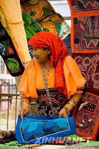 3月1日,在巴拿马城老城区的跳蚤市场,一名印第安土著妇女在售卖巴拿马特有的手工刺绣工艺品。这种印第安拼布刺绣广受外国游客欢迎。巴拿马城老城区是游览胜地,当地人在这里定期举办跳蚤市场,吸引了许多外国游客前来购物。 新华社发(韩硕摄)