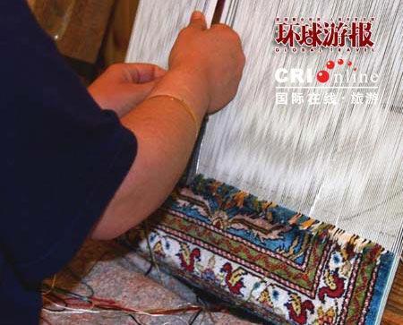手工艺人正在编织地毯