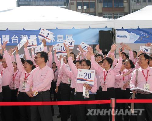 3月16日,当地负责接待的工作人员欢迎游客。