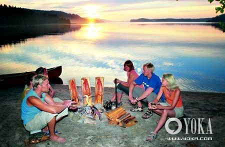 天气转热,芬兰人便到户外露营,并在沙滩上生火煮食,重寻郊野生活的趣味。