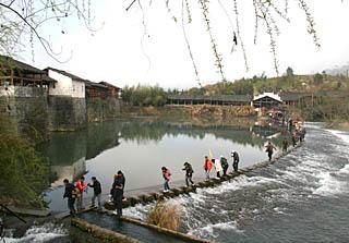春暖花开,江西婺源县进入旅游旺季。新华社发(刘爱成 摄)