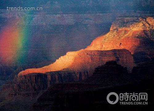 夕阳时分,大峡谷千奇百怪的山体是自然最壮观的光影舞台。