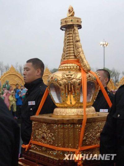 5月9日,佛教信众恭迎佛指舍利。