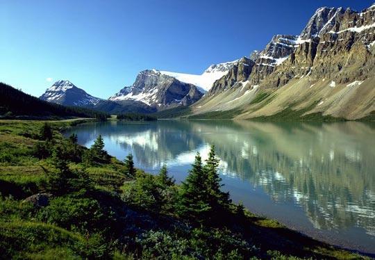 加拿大阿尔伯塔班芙国家公园的弓湖如同一面镜子,倒映出加拿大落基山脉的美轮美奂。