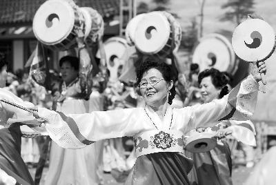 """6月6日,在红旗村举办的第四届""""中国朝鲜族第一村""""民俗文化旅游节上,朝鲜族阿妈妮(大妈)跳起""""手鼓舞""""。"""