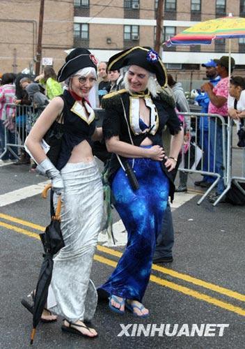 """6月20日,在美国纽约康尼岛海滨,两名""""美人鱼""""参加游行。"""