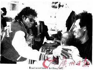 """在自传中,迈克尔・杰克逊在图片下方表达了自己当时的感受:""""在中国看到那些孩子的时候,我无法抗拒孩子对我的吸引。"""""""