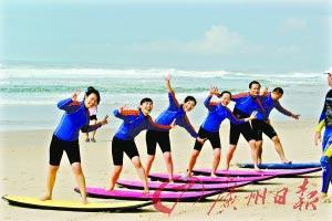 """黄金海岸号称""""冲浪天堂"""",是世界三大著名的冲浪胜地之一。在专业冲浪高手的教导下,你很快就能在那乘风破浪。"""