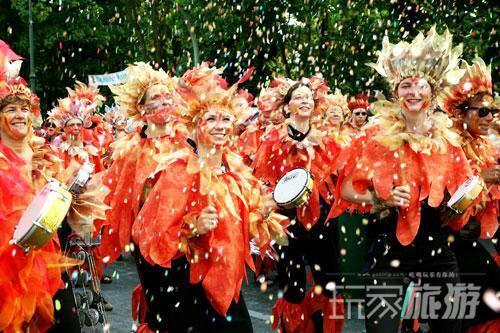 柏林文化狂欢节上盛装游行的队伍。
