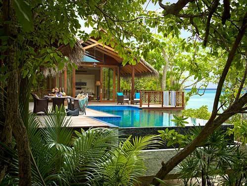 """酒店由142间宽敞的独栋别墅组成,包括私人海滩别墅和三米高的全景热带奢华"""""""