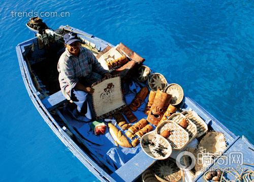 船队穿行在鲸头状海角和纸托蛋糕般的岛屿中间,往西南方向驶去,就像穿行在峡湾的狭窄水道里。