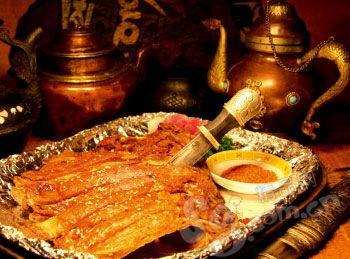 生烤羊排外焦里嫩,是考验功夫的一道藏菜。