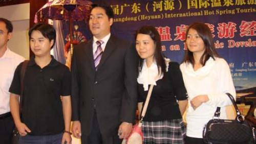 著名的凤凰卫视主持人董嘉耀在论坛结束后,被人们争相合照