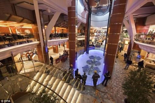 全船共有16层甲板,每层甲板上都建有客舱,客房更是多达2700间。