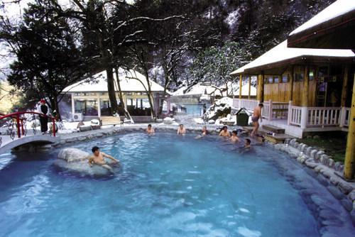海螺沟雪山中的温泉
