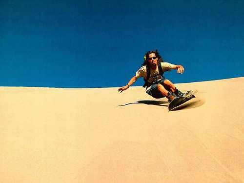 刺激的滑沙特别吸引年轻人