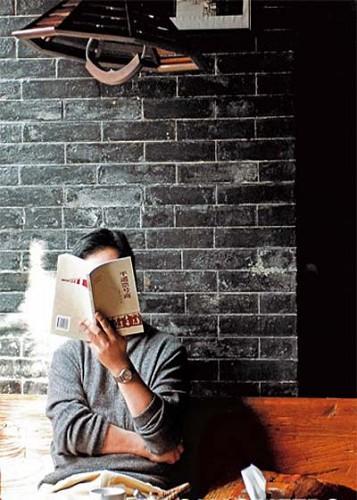 一本书、一杯茶,坐在石墙前,度过黄昏的慵懒时光