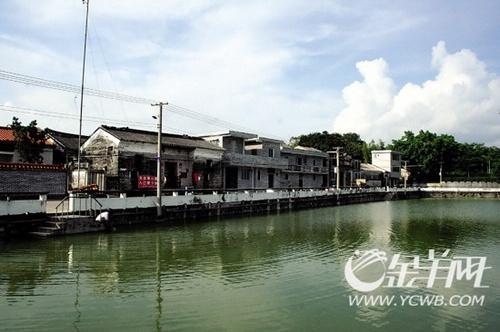 碧绿的锦江河从歇马村前流过