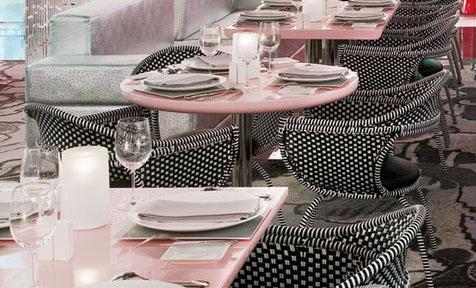 这是北京Fauchon饭店的大厅。柔软的流线搭配柔和的色调给人一种轻松惬意之感,再加上高贵奢华的地毯,更加带给人一种宾至如归的亲切感和舒适感。