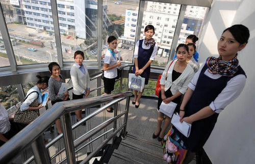 应聘者在楼梯过道上,等候进场接受评委的挑选。