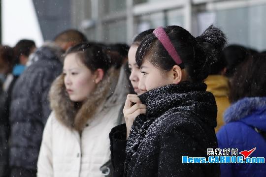 家长和应聘学员冒雪早早排队等候