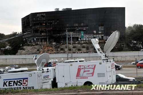 一架小飞机当地时间2010年2月18日中午撞到美国南部得克萨斯州奥斯汀市一座建筑物。这是2月18日拍摄的建筑物遭小飞机撞击后的照片。执法部门初步认为是飞行员蓄意制造这起事件。摄影:记者陈如为/新华社