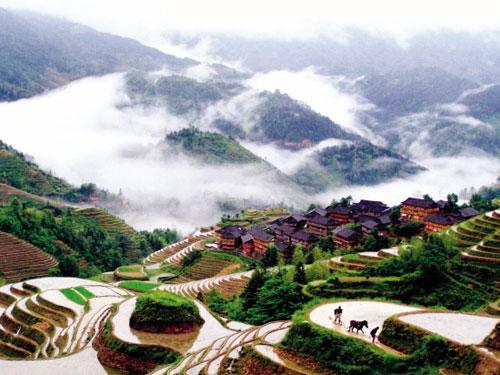 广西龙胜各族自治县大寨村的农民在高山梯田里耕作 新华社 喻湘泉 摄