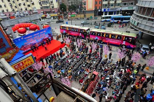上海的展台上聚集了大量准备前往参观世博会的南京市民