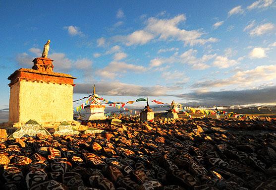 在迎风飘扬的五彩旗下,在这些用信仰铸就的玛尼石堆上,往往陈列着一个个早已风干的牛头骨。