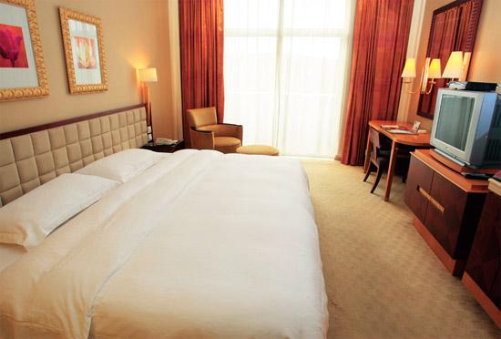 枫丹白鹭酒店有超大的床,打完球可以好好休息了。