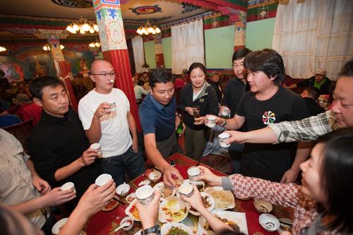 藏族宴尼玛校长共举杯